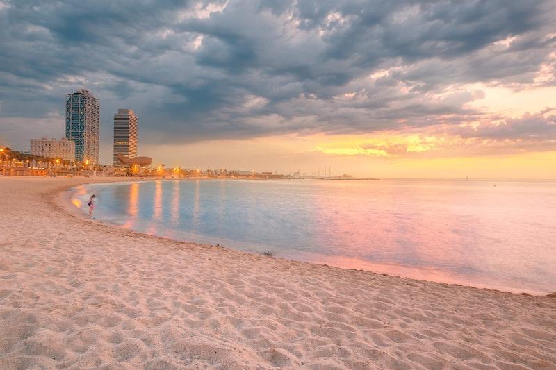 top-things-to-do-in-barcelona-barceloneta-beach-daytrip4u