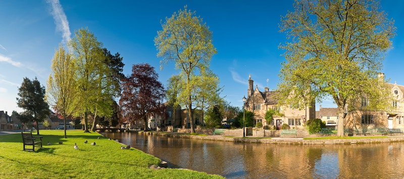 the-5-prettiest-villages-in-the-cotswolds-Bourton-on-the-water-DayTrip4U