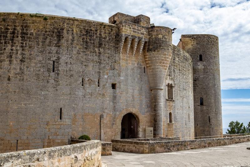 most-epic-places-in-mallorca-castel-de-bellver-datrip4u